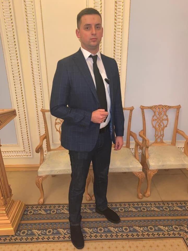 Нардеп помітив зброю на засіданні у Раді: у Разумкова відповіли. Фотофакт