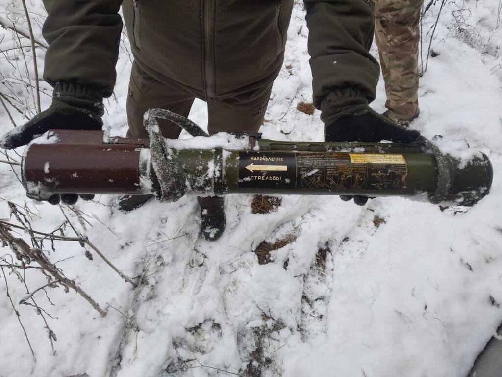 Под Славянском в кустах возле трассы обнаружили вражеский гранатомет РПГ-22