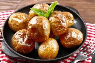 Рецепт печеной картошки на ужин: очень быстро и вкусно