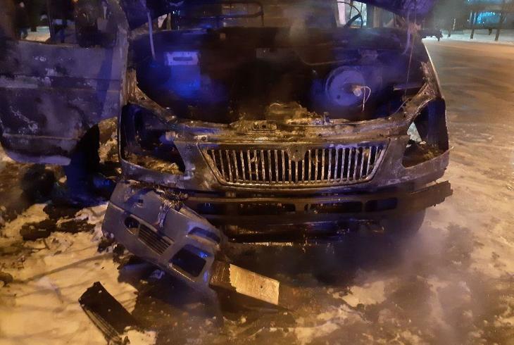 Огонь уничтожил микроавтобус