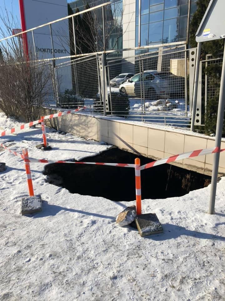 Одесситка с младенцем провалилась в трехметровую яму