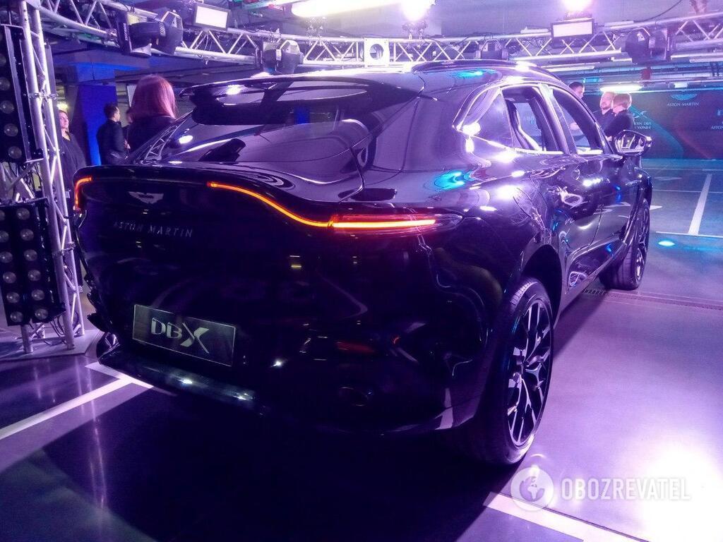 Стильные задние фонари сделают Aston Martin DBX 2020 узнаваемым в темноте