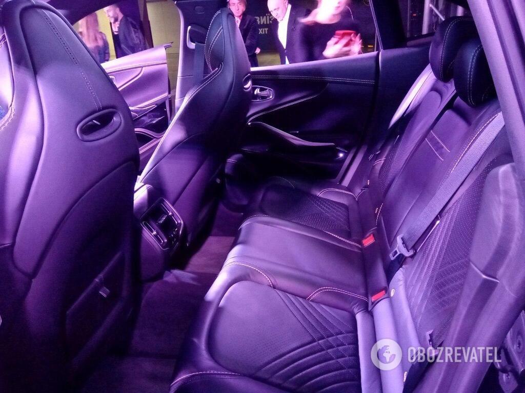 Задний ряд в Aston Martin DBX – очень удобное место, благодаря чему компания заходит в сегмент семейных авто