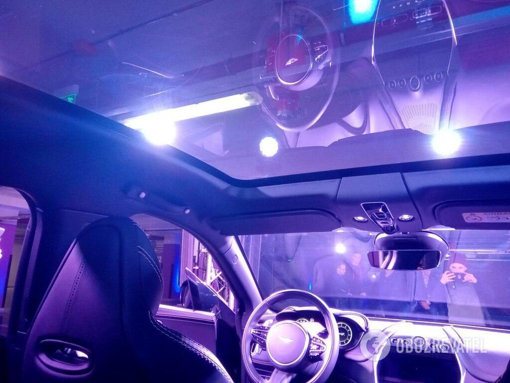 Панорамная крыша – стандартное оснащение для всех Aston Martin DBX