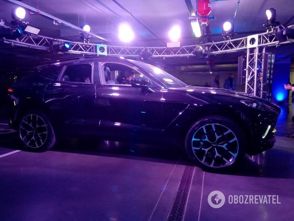Кроссовер Aston Martin кажется готовым к покорению бездорожья. И украинских дорог, что, в принципе, одно и то же