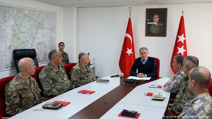 Міністр оборони Туреччини Хулусі Акар (у центрі)