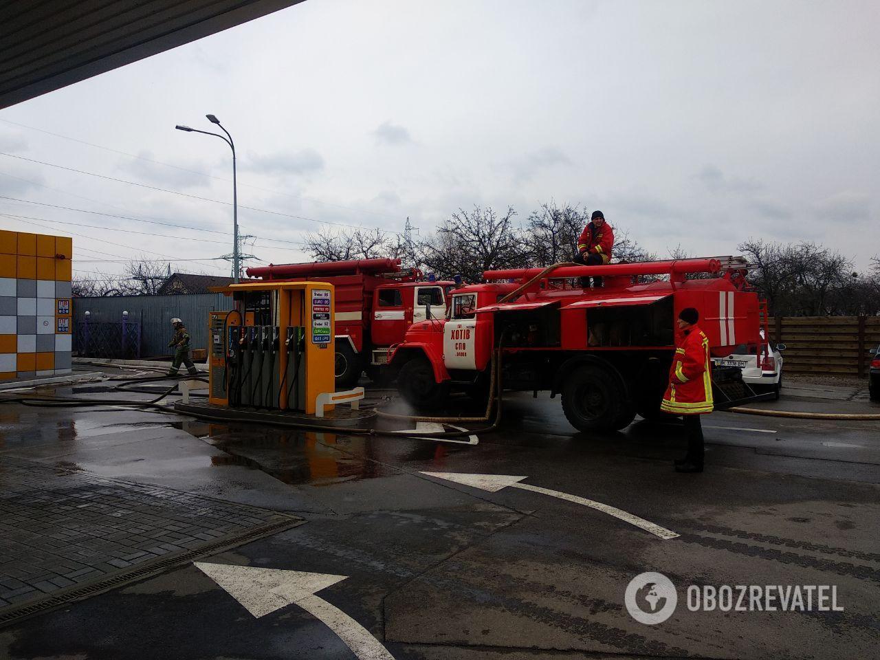 Под Киевом загорелся отель возле АЗС: все детали, фото и видео