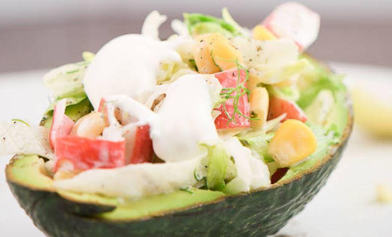 Салат з авокадо і крабовими паличками