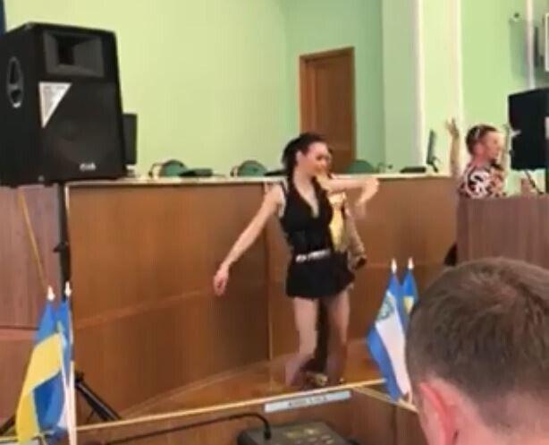 Танець дівчини призвів до скандалу в Херсонській ОДА