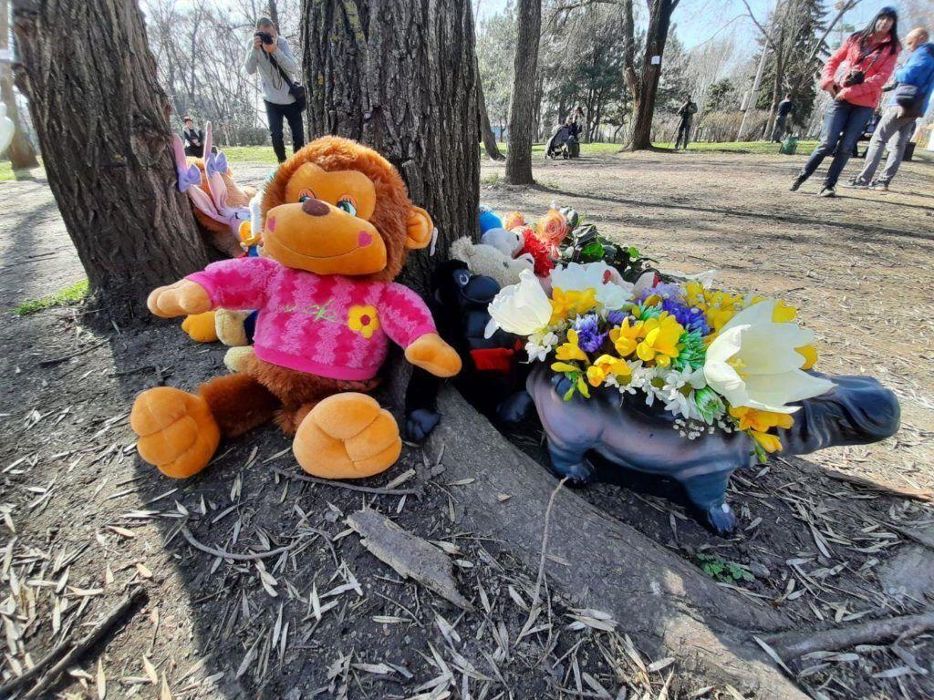 В Запорожье почтили память девочки, которую убила статуя в парке