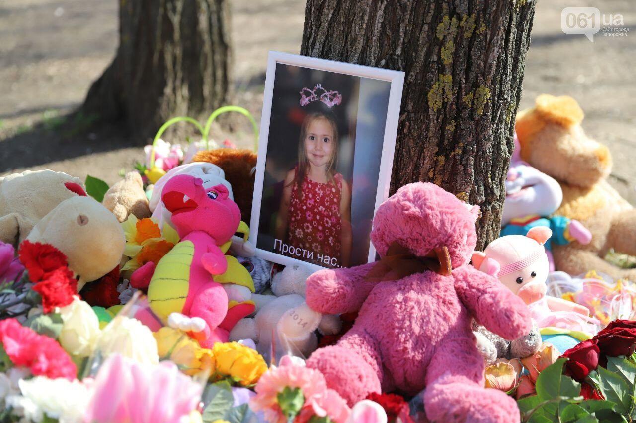 До місця трагедії городяни несуть іграшки