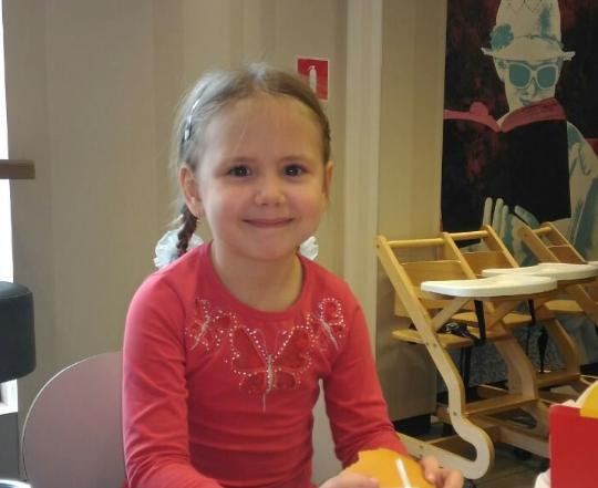 8 березня Аня, перебуваючи в парку з батьками, залізла на одну з дерев'яних скульптур, яка, падаючи, придавила дитину.  Дівчинку госпіталізували, проте 9 березня вона померла