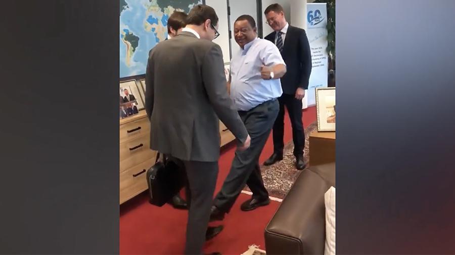 Генеральный секретарь ОПЕК Мухаммед Баркиндо показал новый способ приветствия