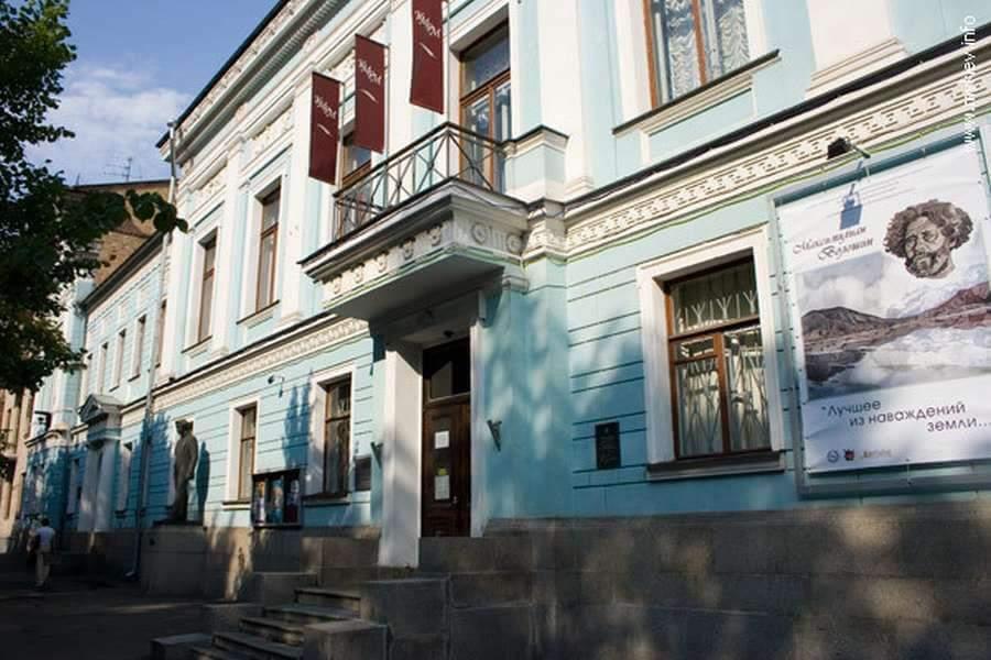 В Украине из-за коронавируса церкви уходят в онлайн, а школьников учат по Skype: как проходит масштабный карантин в стране