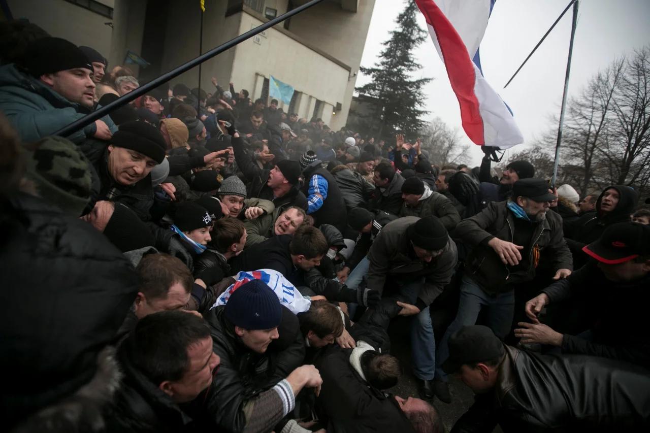 Зіткнення 26 лютого біля будівлі Верховної Ради АРК в Сімферополі REUTERS / Baz Ratner