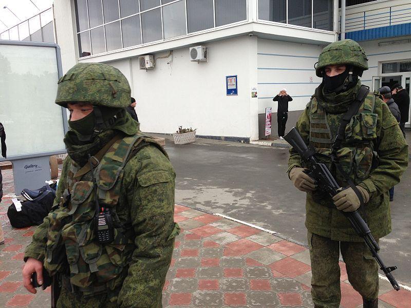 """""""Зелені чоловічки"""" патрулюють аеропорт Сімферополя, 28 лютого 2014 року Elizabeth Arrott / Voice of America"""