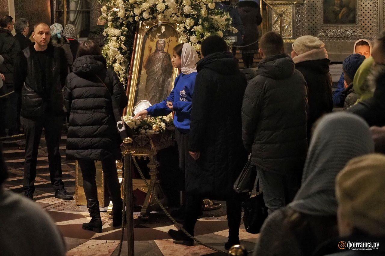 В Казанском соборе устроили массовое поклонение мощам