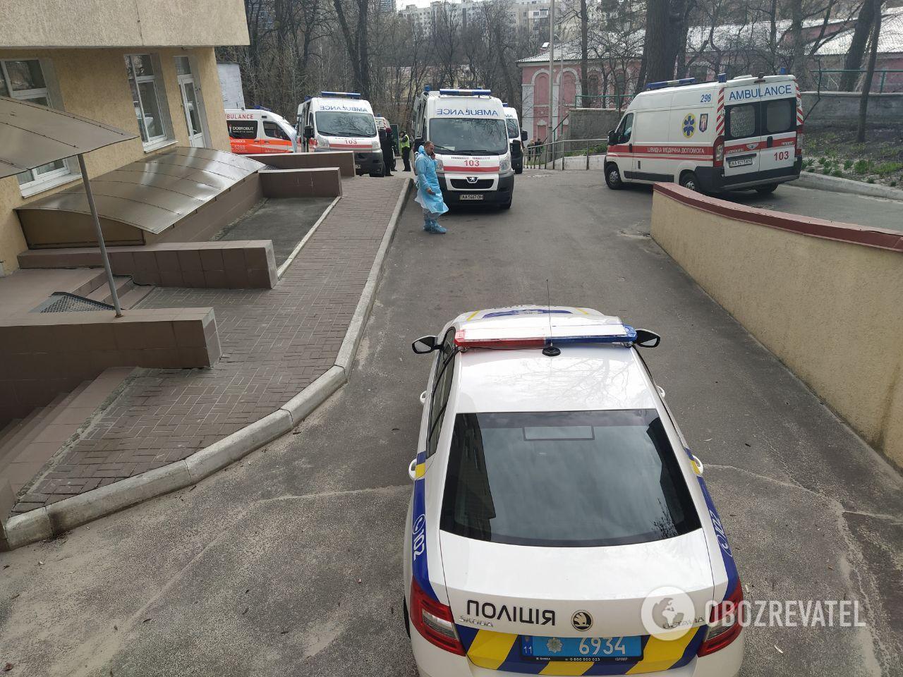Возле Александровской больницы в Киеве дежурит полиция
