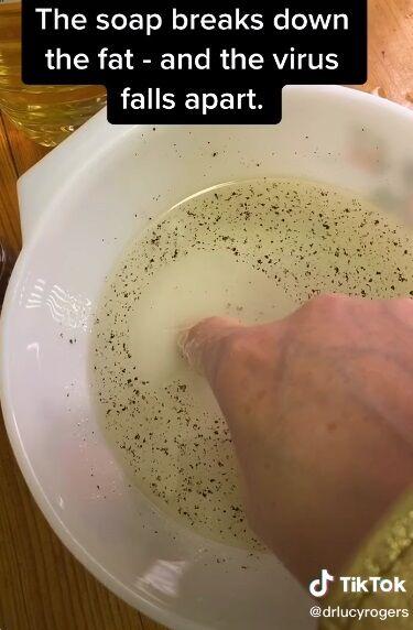 Профессор наглядно показала, что происходит с микробами на коже во время мытья рук