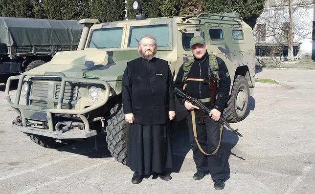 """Отець Димитрій на тлі бронеавтомобіля """"Тигр"""". Березень 2014 року"""
