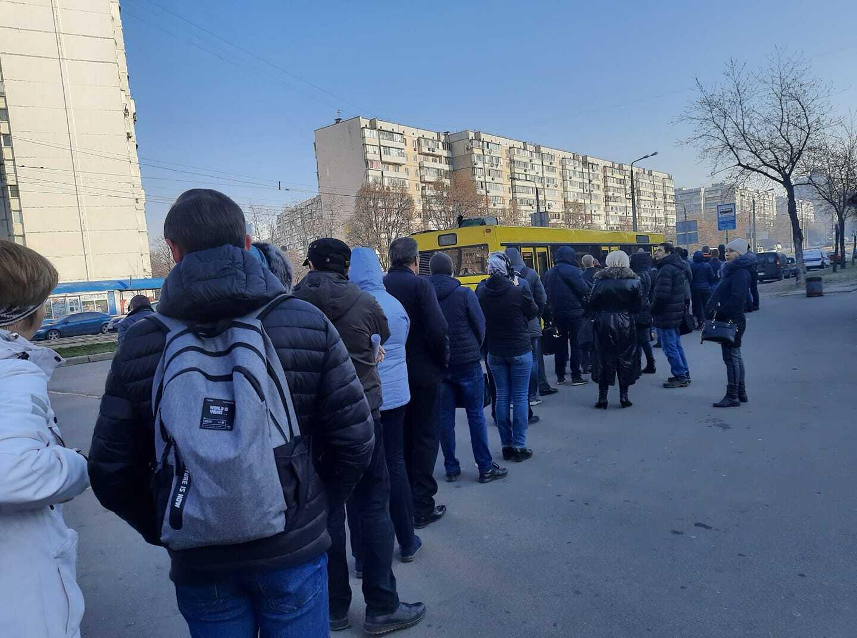 Маршрутки забиті, в чергах – сотні: як в Україні порушують карантин