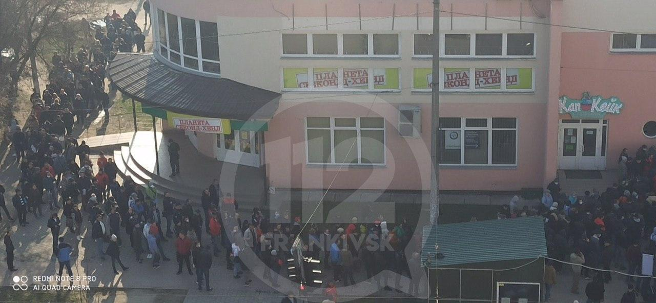 Натовпи людей в Івано-Франківську