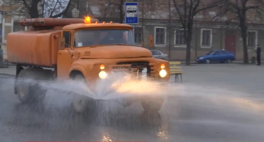 У Чернівцях вулиці миють хлором