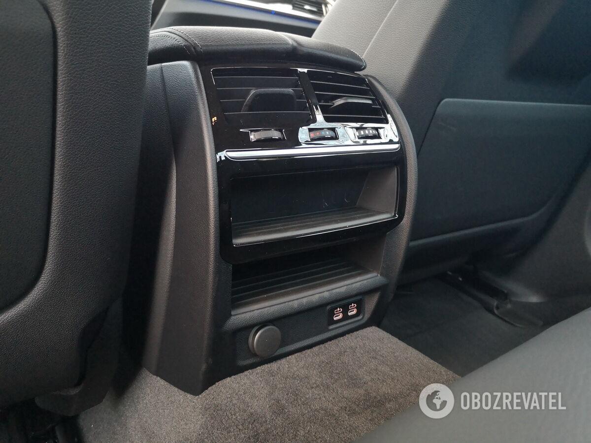 К услугам задних пассажиров индивидуальные дефлекторы несколько USB-портов и две ниши для мелочей