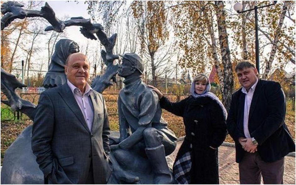 Владимир Меньшов возле памятника героям своей знаменитой комедии