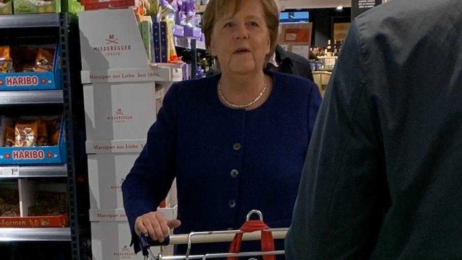 Ангела Меркель у супермаркеті