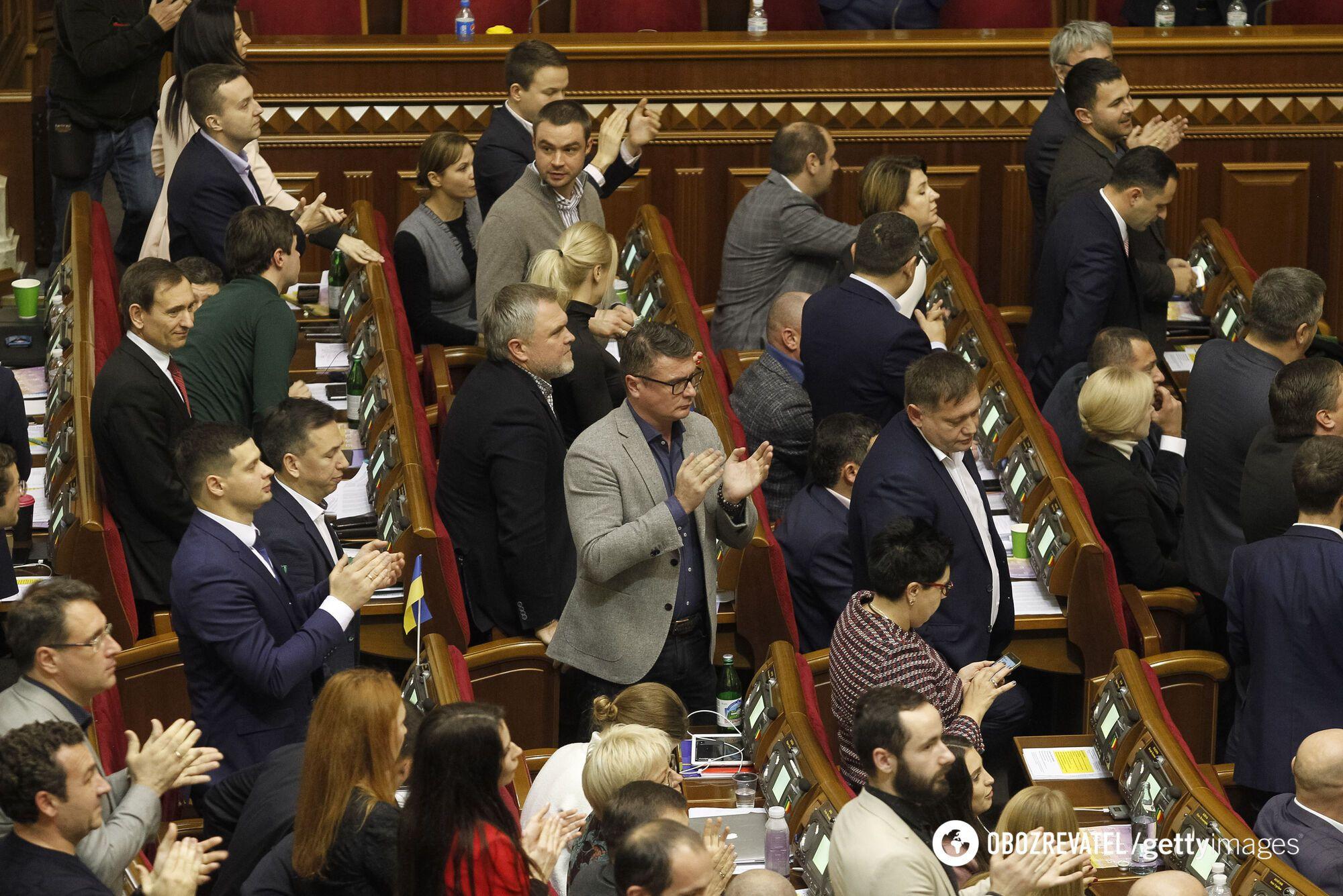 Рада готовит экстренное заседание: проголосуют за ЧП и сократят расходы