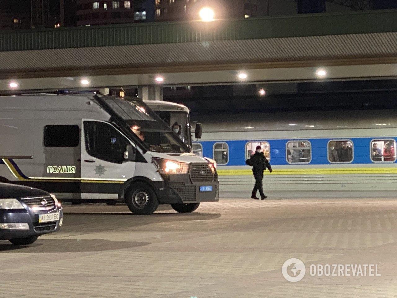 В Киеве полиция оцепила поезд из ЕС с больными: людей через несколько часов отправили по домам