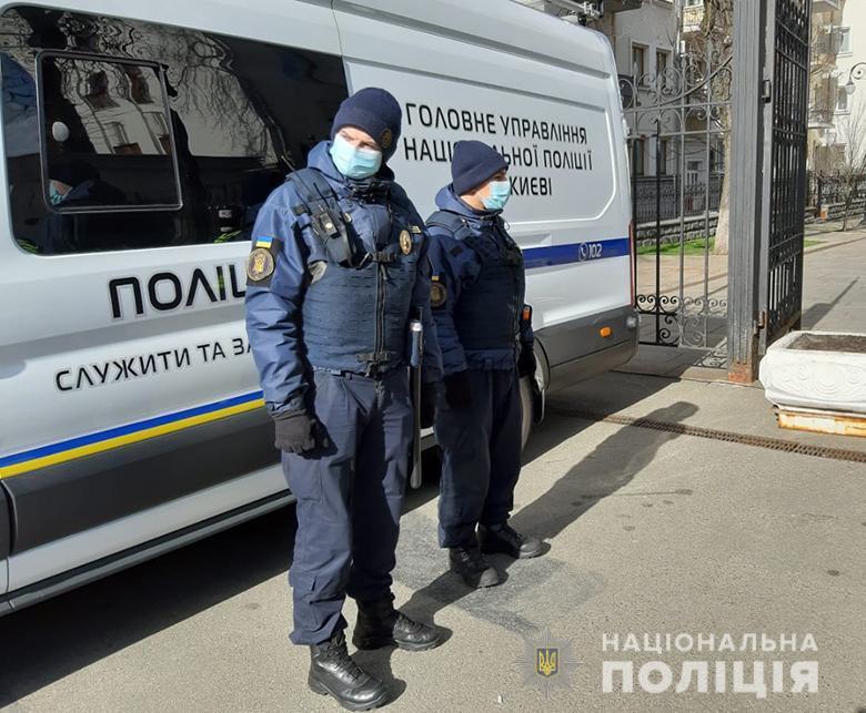 Стежать поліція та сусіди: як евакуйовані українці живуть у самоізоляції