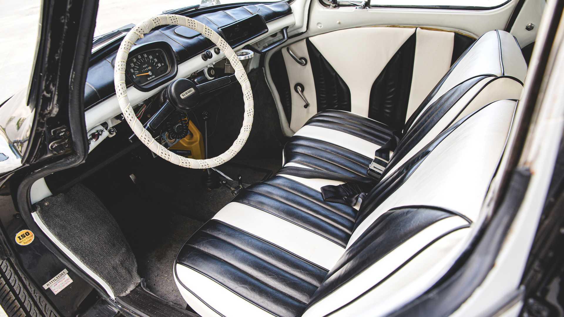 Салон машини також має чорно-білу обробка