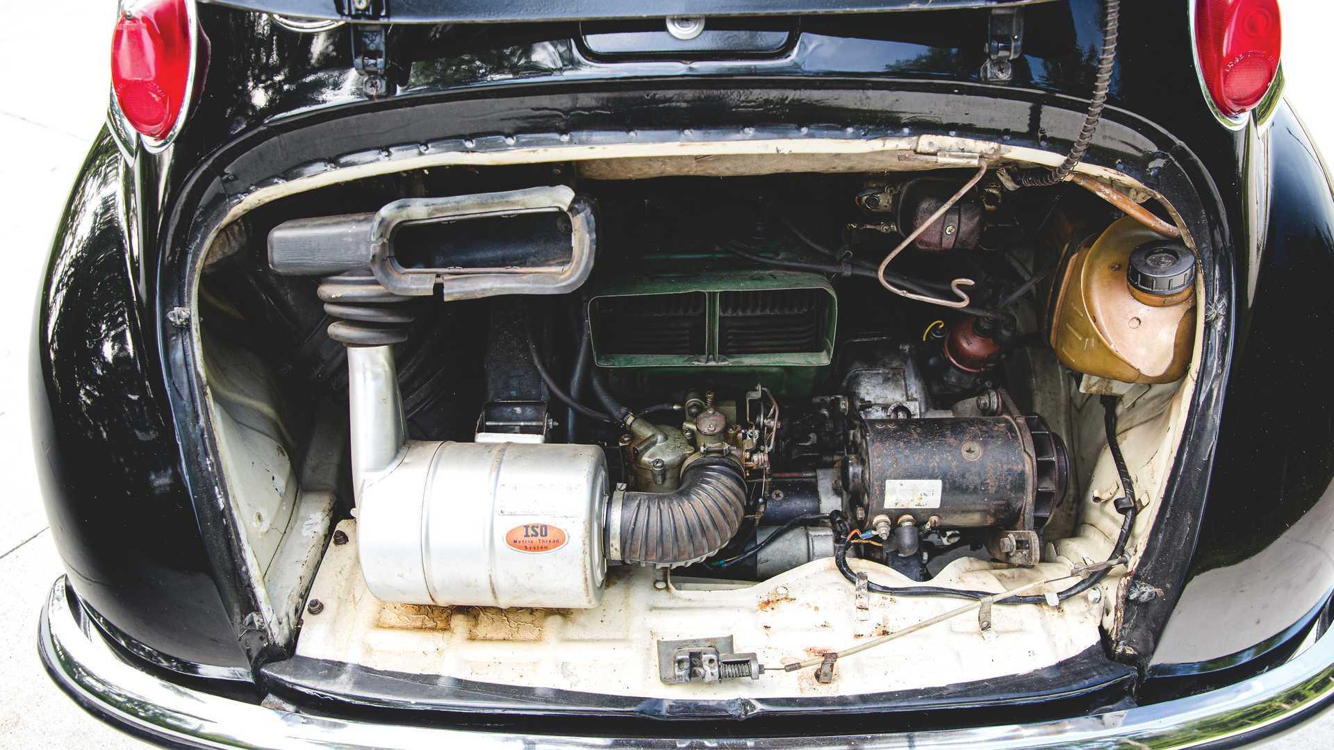 У рух автомобіль приводить 25-сильний 2-циліндровий мотор об'ємом всього 0,36 л