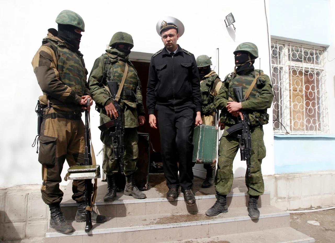 Український моряк виходить з будівлі захопленої російською армією Севастопольської військово-морської бази, 19 березня 2014 року