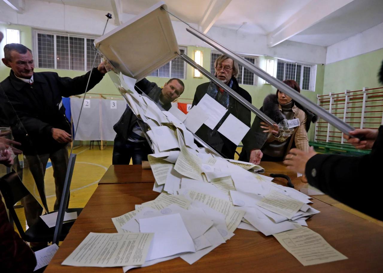 """На одній з """"ділянок для голосування"""" у день проведення фейкового """"референдуму"""" в Сімферополі, 16 березня 2014 року"""