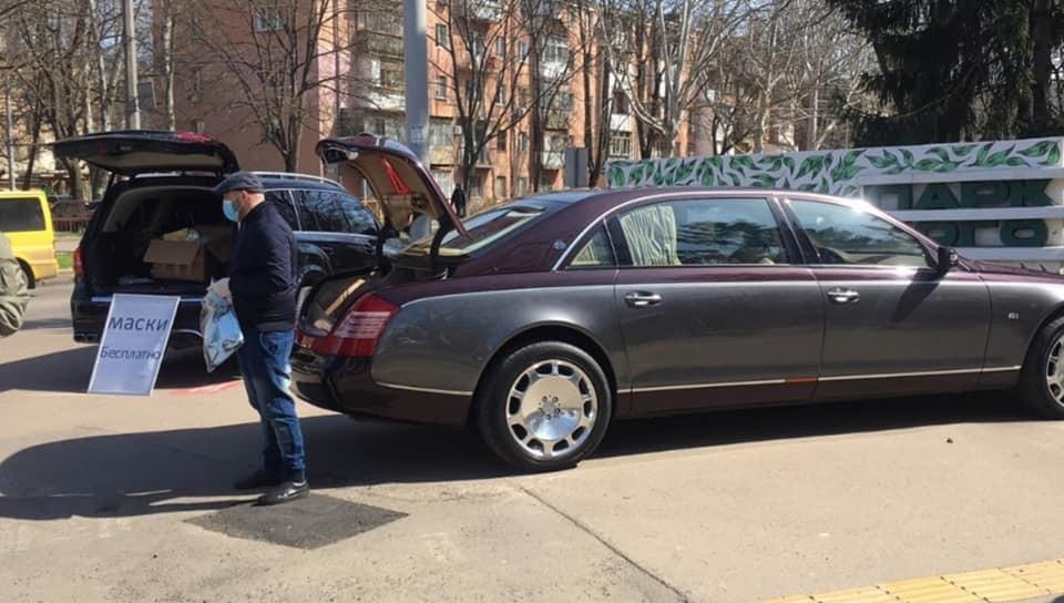 В Украине из Mercedes и Maybach бесплатно раздавали маски