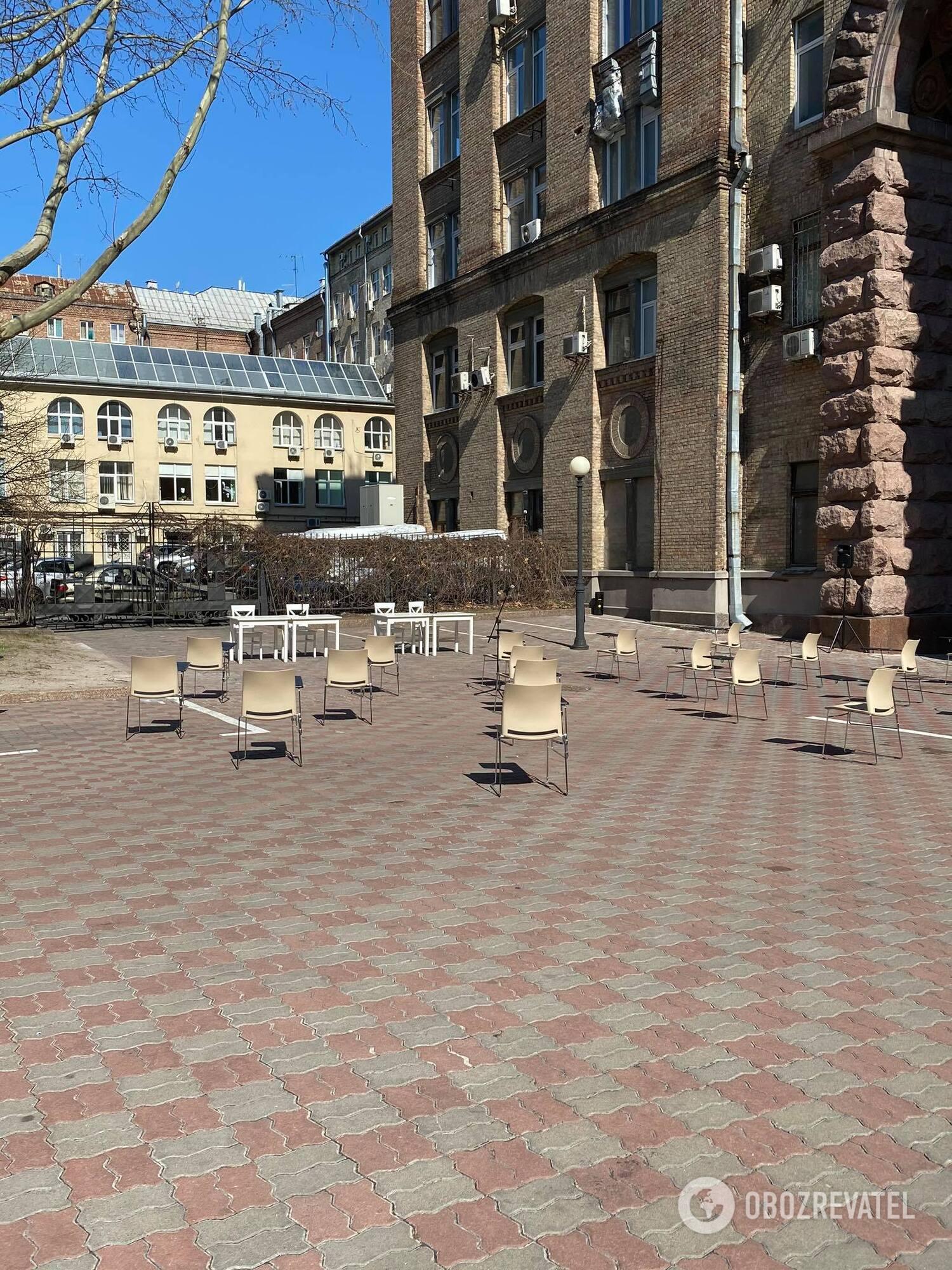 Во дворе Киевсовета подготовили кресла для депутатов