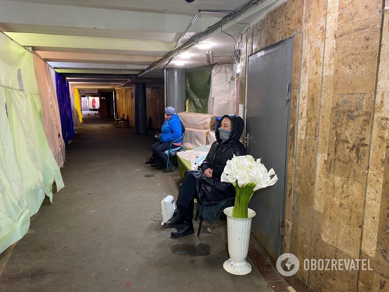 """У Києві квіткові крамниці """"сховалися"""" за шторами"""