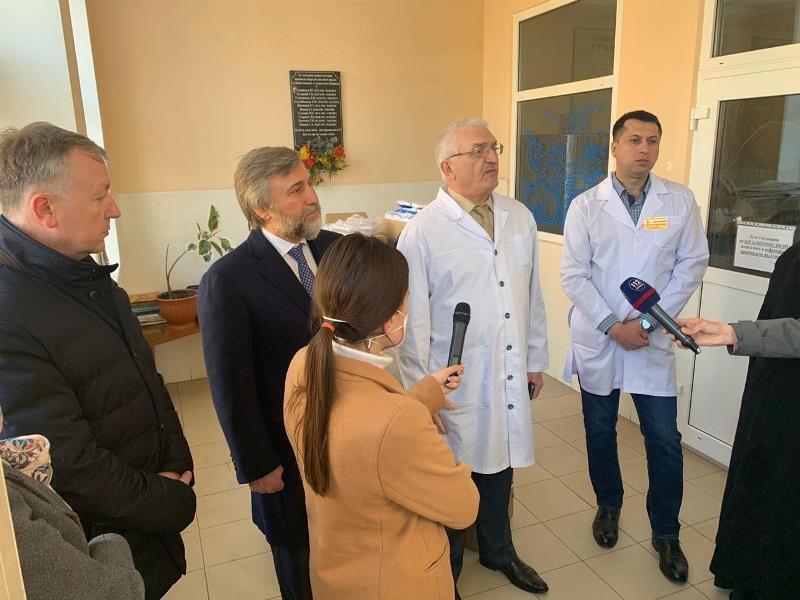 Митрополит Онуфрій і нардеп Новинський доправили до Чернівців апарат ШВЛ і засоби захисту для медиків