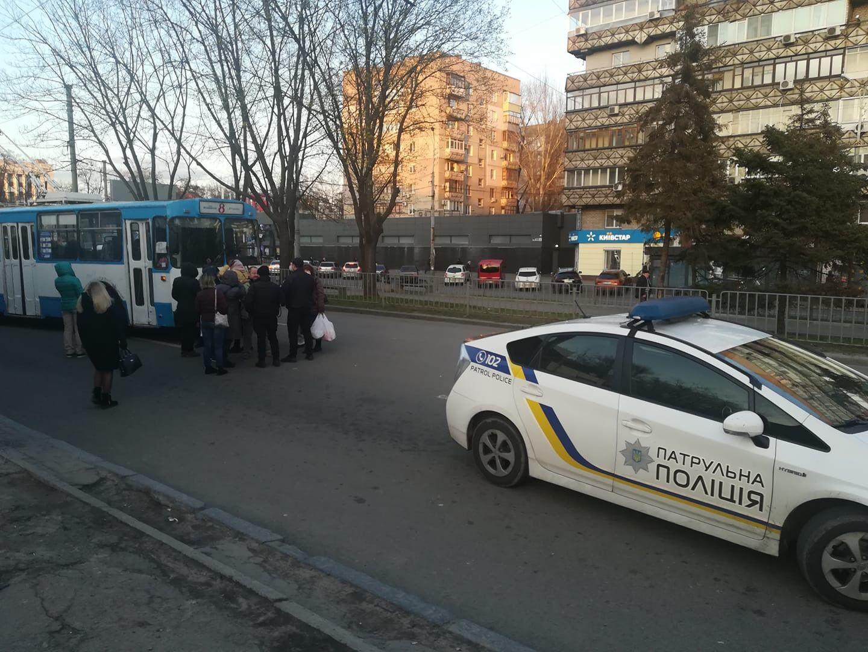 Люди перегородили дорогу троллейбусу