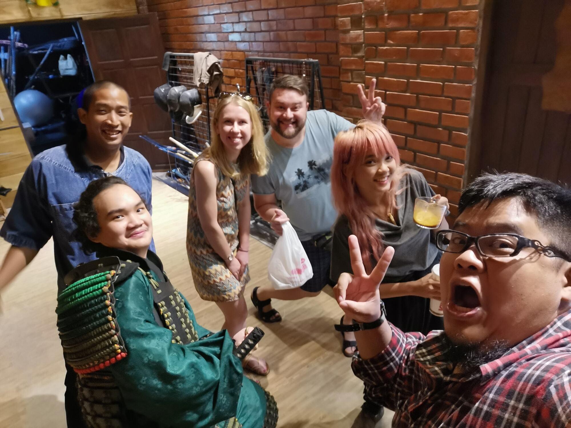 Фото Сергея с супругой (по середине) из Таиланда