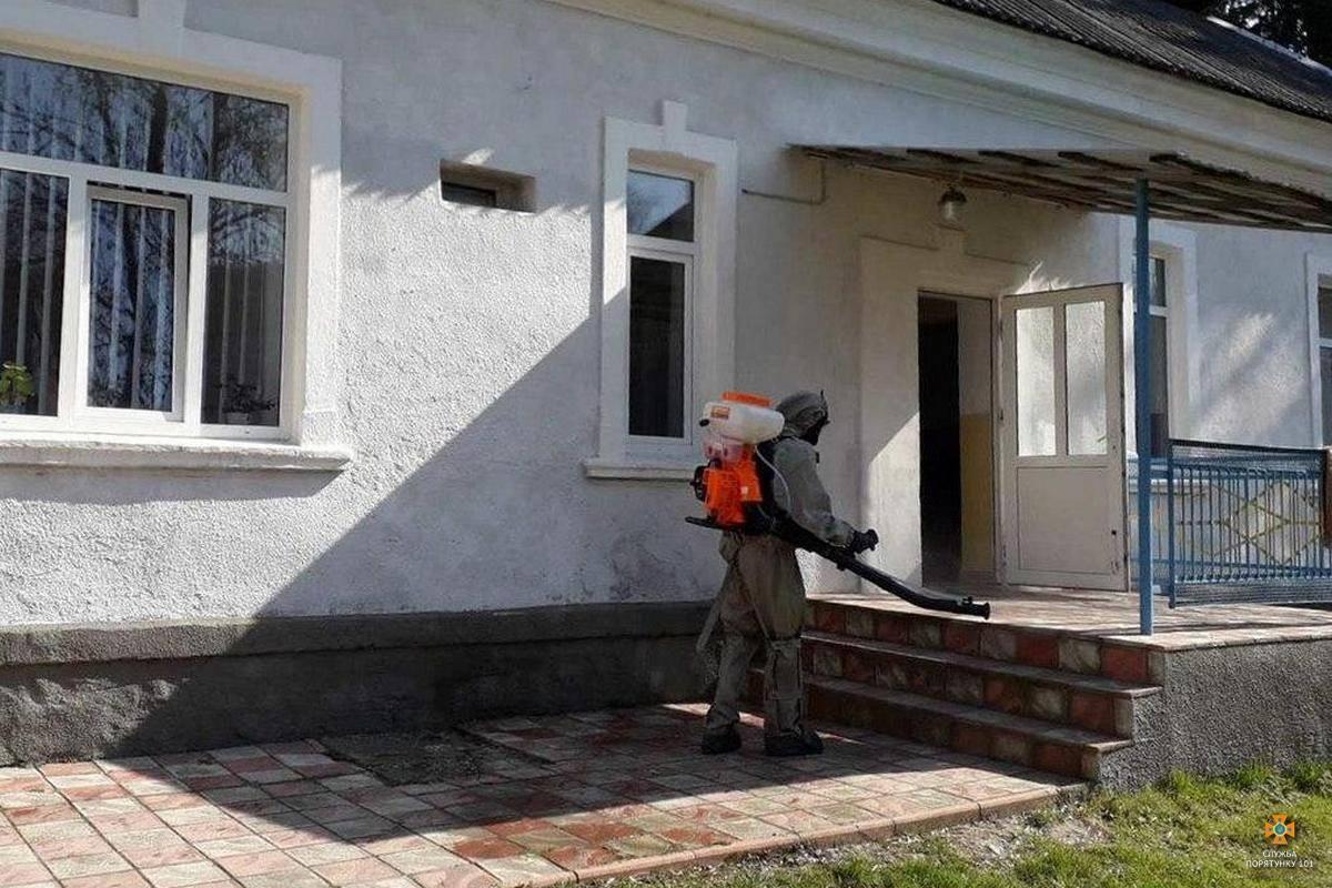 Рятувальники обробляють дезінфекторами Монастириського лікарню