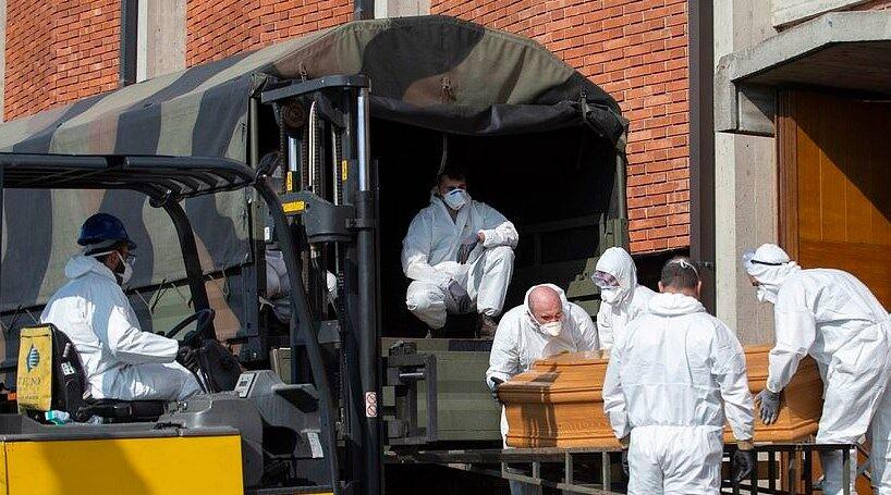 В Італії труни вивозять військовими вантажівками: моторошні кадри з жертвами коронавірусу