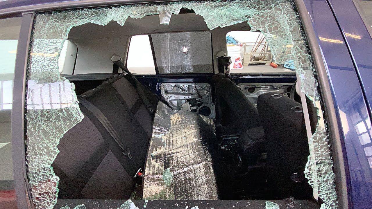 Последствия от выстрела пушки по стеклу VW Golf