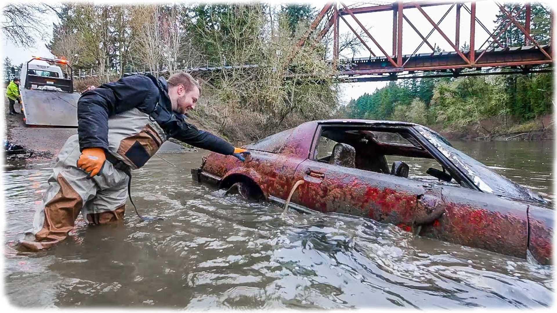 После нескольких десятилетий под водой состояние автомобиля несколько меняется...