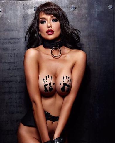 """""""Чекає на принца"""": футбольна фанатка і модель Playboy з Росії засумувала на карантині"""