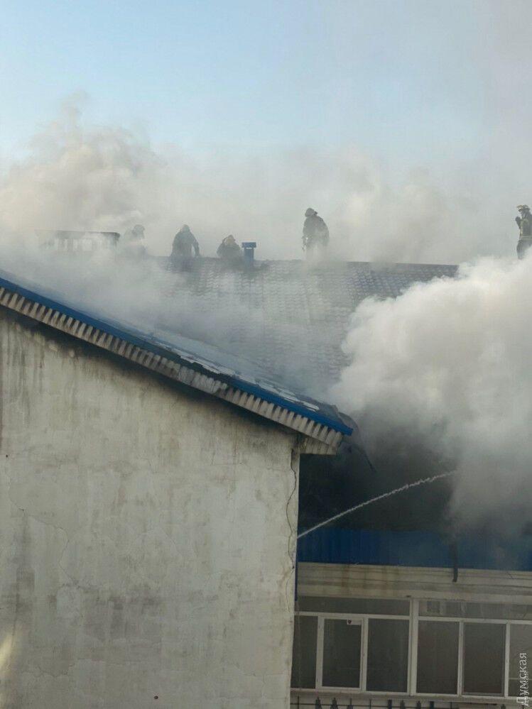 У масштабній пожежі в Одесі постраждали двоє рятувальників