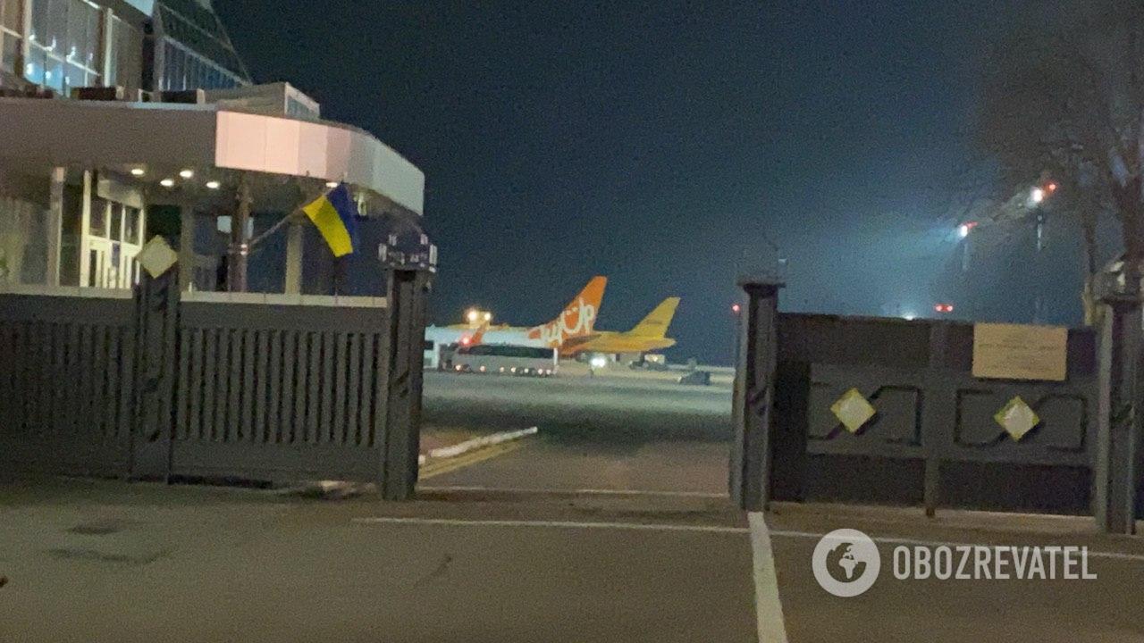 """В """"Борисполь"""" прибыли два самолета с украинцами из Катара: люди """"в плену"""""""